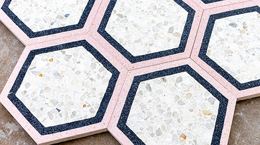 Manufacturing patterned tiles <img src='https://www.carreaux-terrazzo.com/images4/technology/play.svg' alt='play video'>